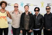 """Queens of the Stone Age"" Singer Apologizes For Kicking Photographer"