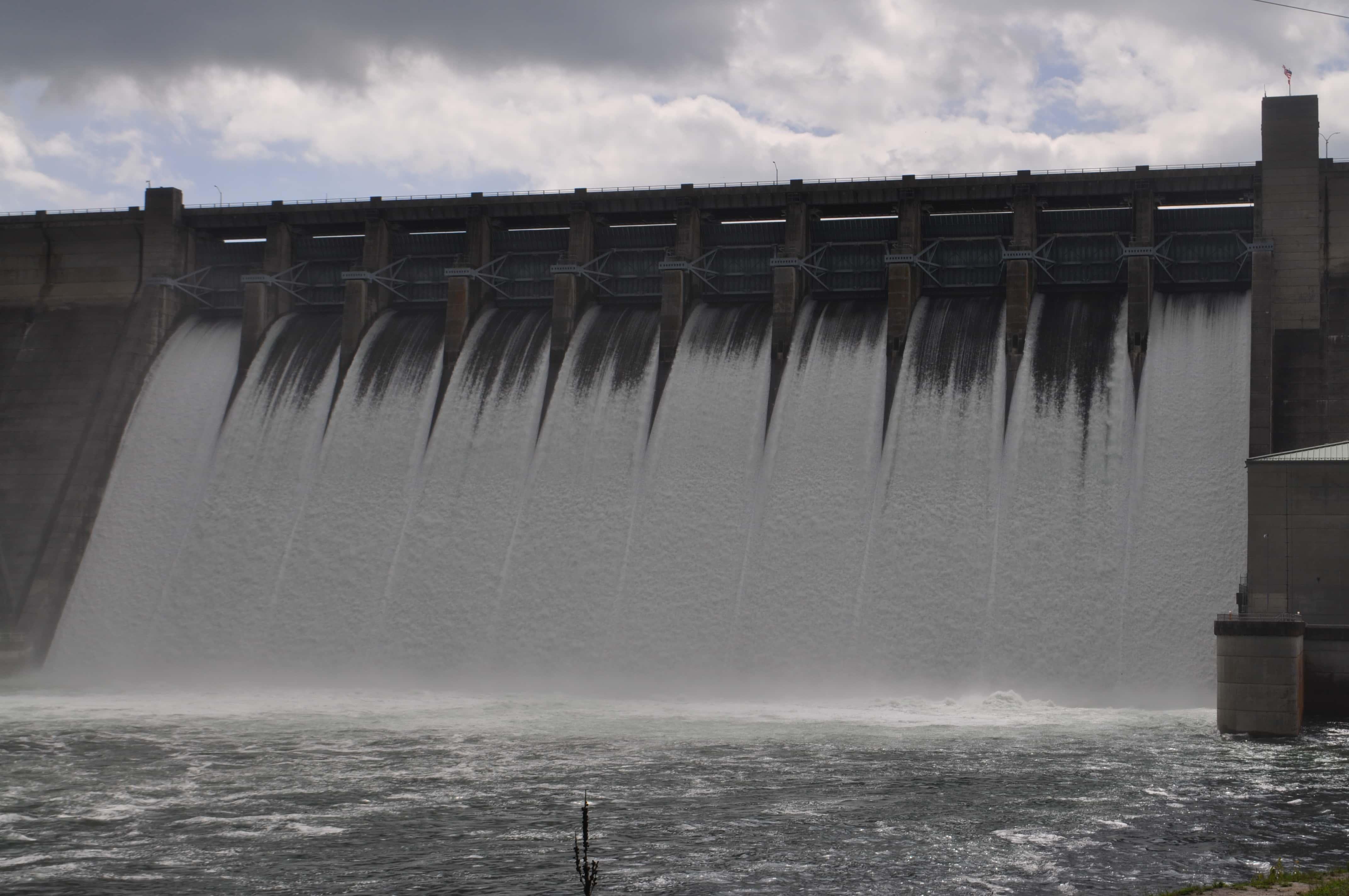 table rock dam opens spillways for turbine maintenance