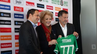 Mayor Goodman is given an honorary Mexico jersey