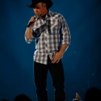garth-brooks-performing-onstage-2013-blue-400px