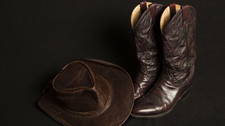 CowboyonhorsebackcrossesbridgetoNYCbringstraffictocrawl..jpg