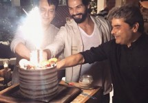 Shahid-Kapoor-cut-his-birthday-cake-with-Vishal-Bhardwaj-and-Sajid-Nadiadwala-1