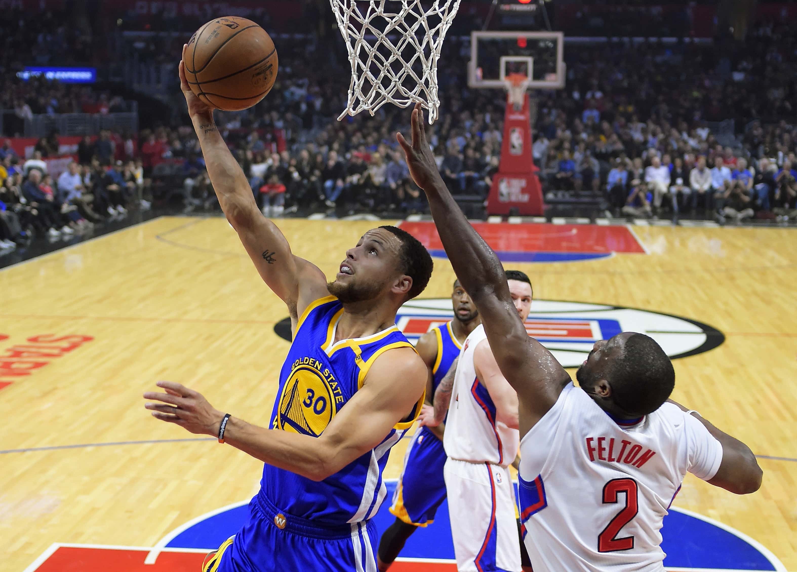 Golden State Warriors guard Stephen Curry, left, shoots as Los Angeles Clippers guard Raymond Felton defends during the first half of an NBA basketball game, Thursday, Feb. 2, 2017, in Los Angeles. (AP Photo/Mark J. Terrill)