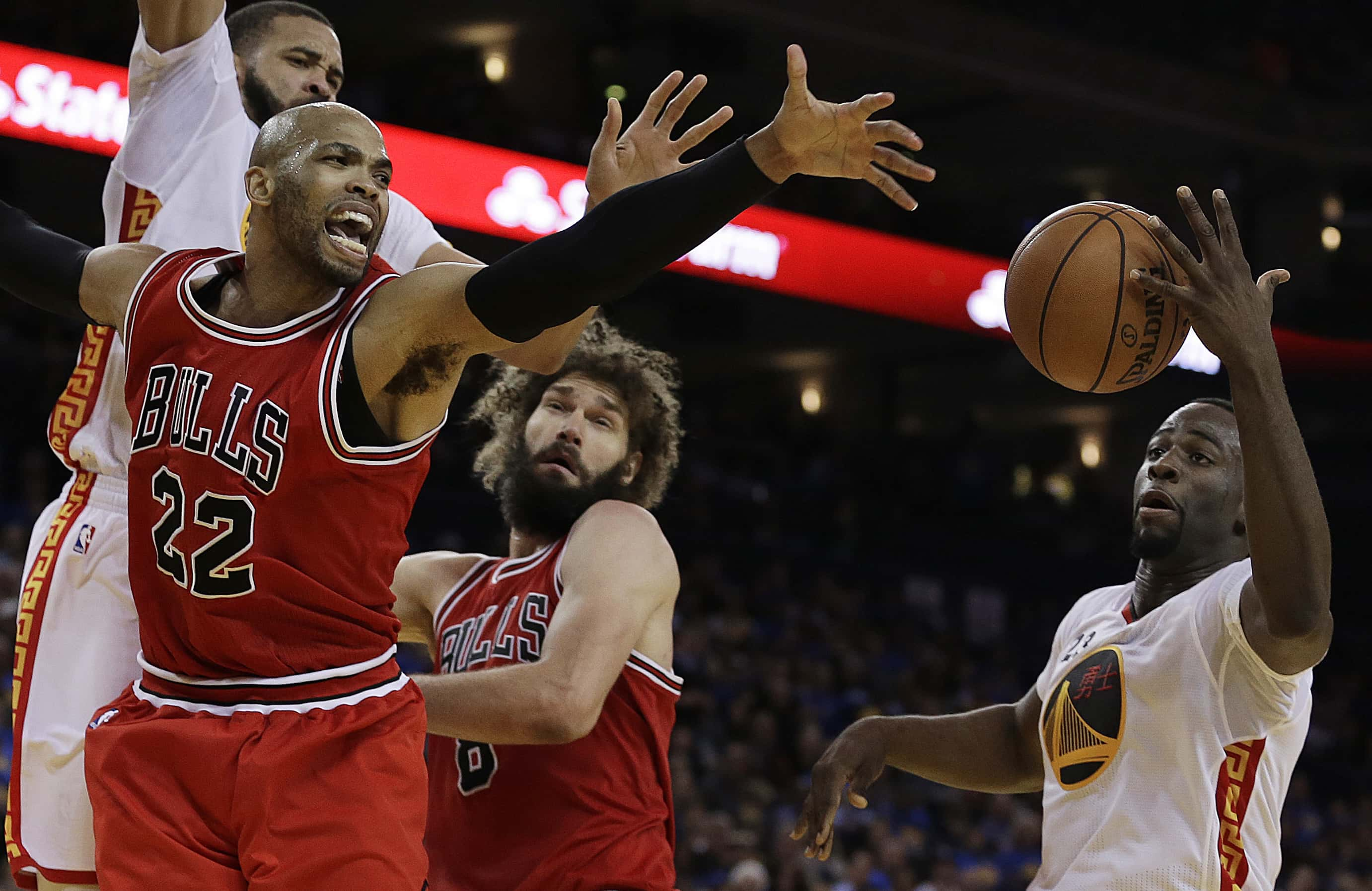 Chicago Bulls forward Taj Gibson (22) loses the ball to Golden State Warriors forward Draymond Green, right, during the second half of an NBA basketball game Wednesday, Feb. 8, 2017, in Oakland, Calif. (AP Photo/Ben Margot)