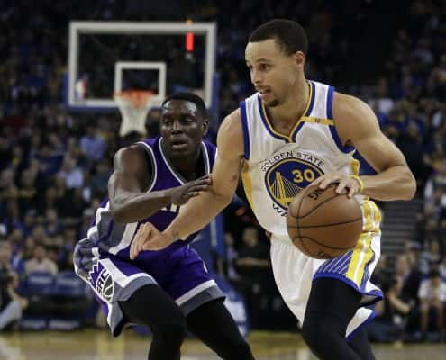 Golden State Warriors' Stephen Curry, right, drives the ball against Sacramento Kings' Darren Collison during the first half of an NBA basketball game Wednesday, Feb. 15, 2017, in Oakland, Calif. (AP Photo/Ben Margot)