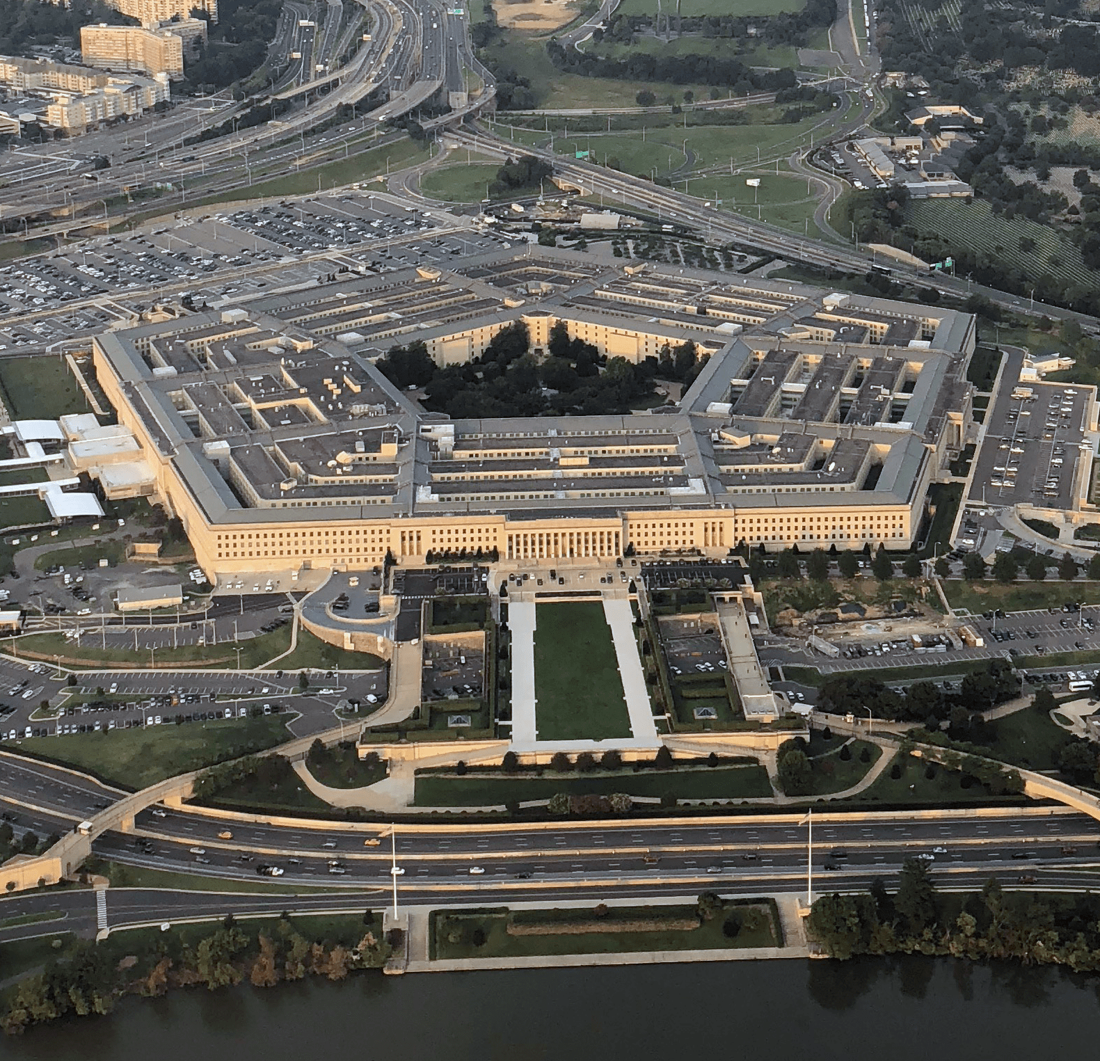 https://upload.wikimedia.org/wikipedia/commons/2/2a/The_Pentagon%2C_cropped_square.png
