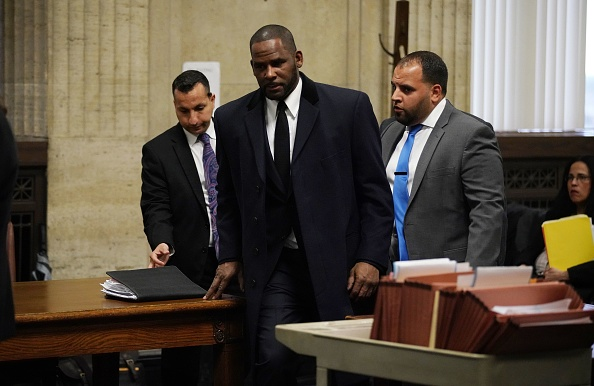 R. Kelly (C) appears at a hearing before Judge Lawrence Flood at Leighton Criminal Court Building in Chicago on May 7, 2019. - Kelly is charged with 10 counts of aggravated sexual abuse.