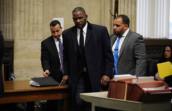 R. Kelly, (C) appears at a hearing before Judge Lawrence Flood at Leighton Criminal Court Building May 7, 2019 in Chicago, Illinois.