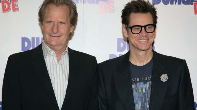 Jeff Daniels and Jim Carrey posing on the red carpet