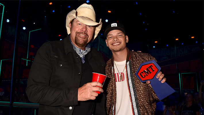 Toby Keith and Kane Brown at the 2019 CMT Awards holding a red solo cup and a CMT Award