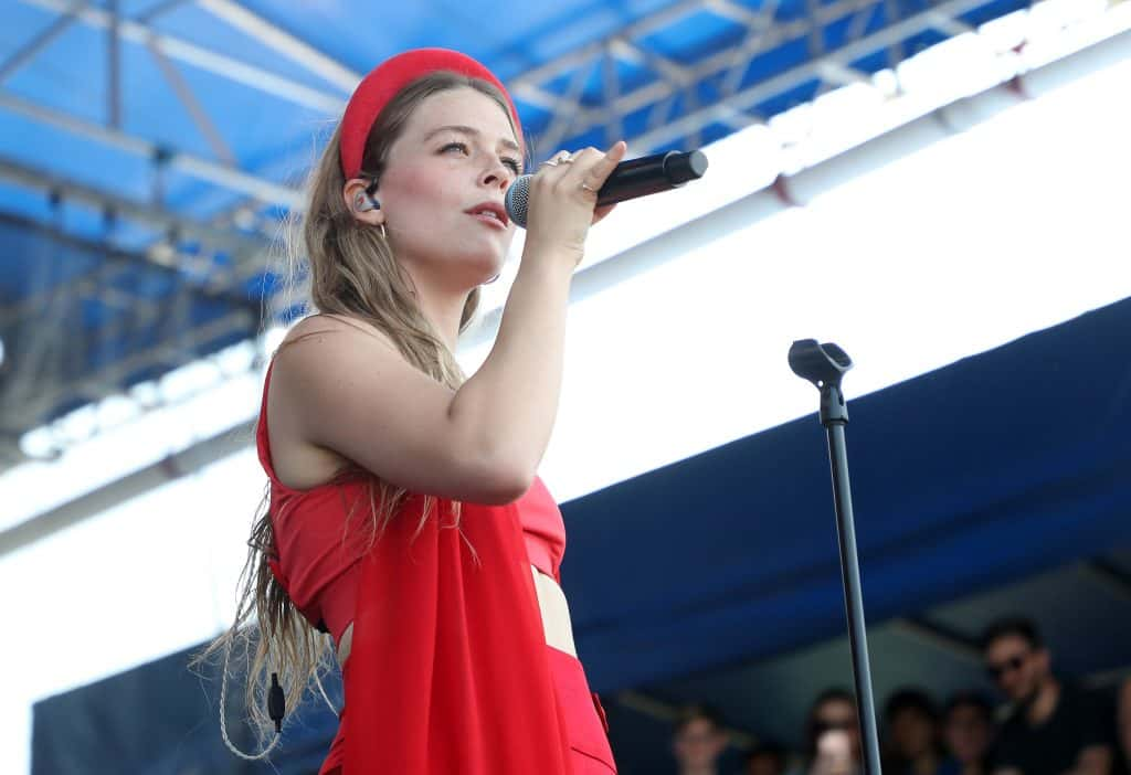 Maggie Rogers singing