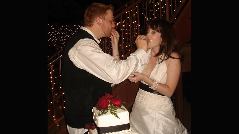 jason and his exwife feeding themselves cake at their wedding