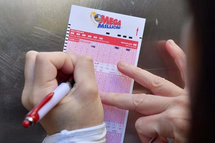 Someone filling out mega millions ticket (Photo ANGELA WEISS/AFP/Getty Images)