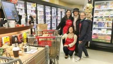 Susan Wohlforth (left), Past JLG President, volunteered at the Done in a Day Food Drive for Neighbor-to-Neighbor when Past Chair Sarah Meyerhoff (center) dropped by with her donation. Committee Co-Chairs Brynn John (right) and Karen Armstrong (front) helped haul in donations from the community.