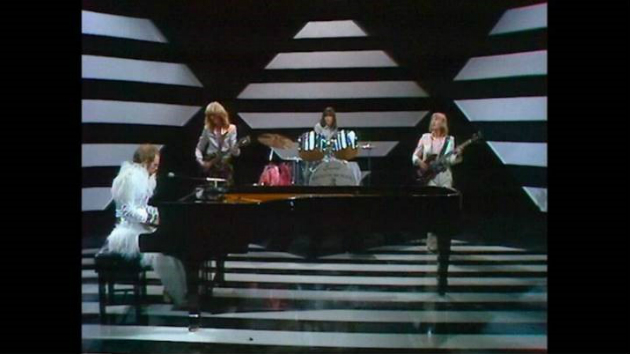 """Elton John releases video of rare TV performance of """"Step into Christmas""""; issues new digital holiday EP"""