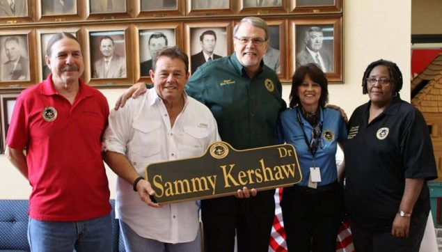 sammy kershaw holding his street sign with dignitaries